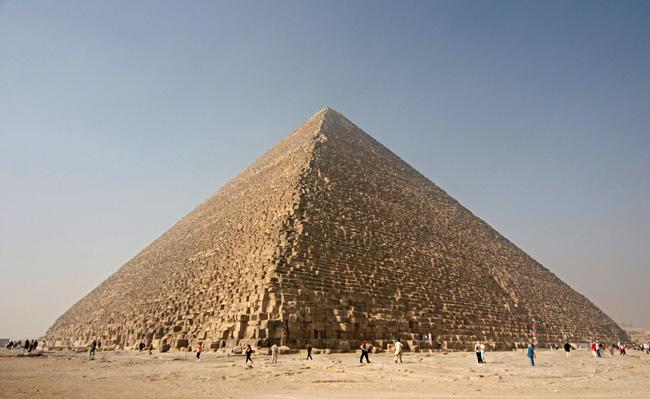 下から見るピラミッド