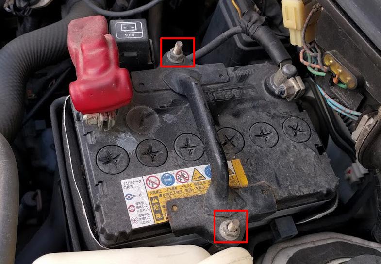 古いバッテリーを取り外す 取付金具を外す