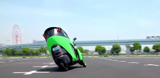 i-Roadは後輪操舵の3輪車なので、ハンドルを切ると後輪から曲がっていく