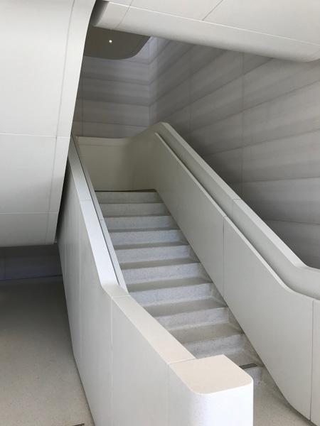 階段を登って2階に行くApple Park Visitor Center 階段を登って2階に行く